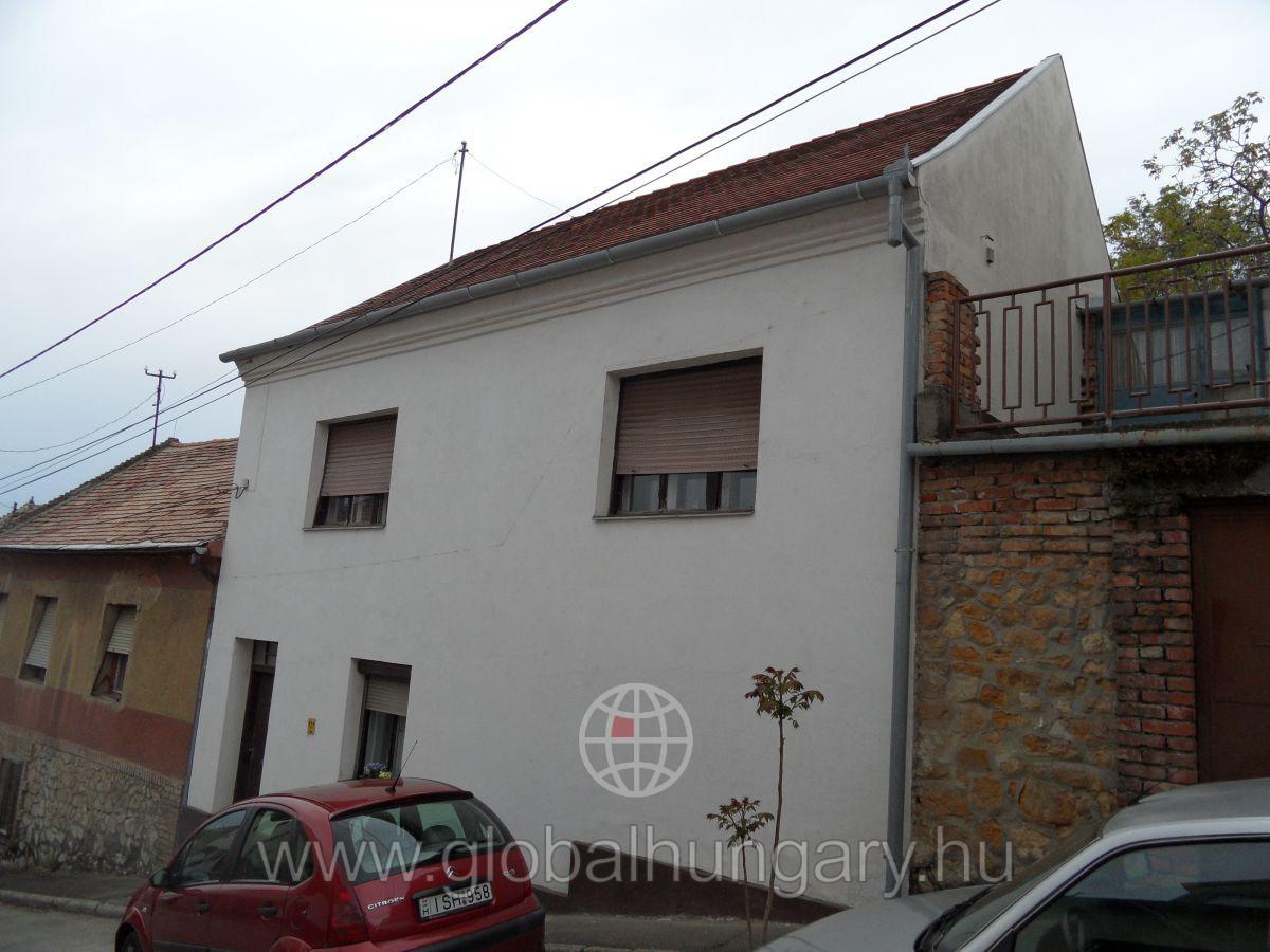 Pécs belvárosában családi ház eladó