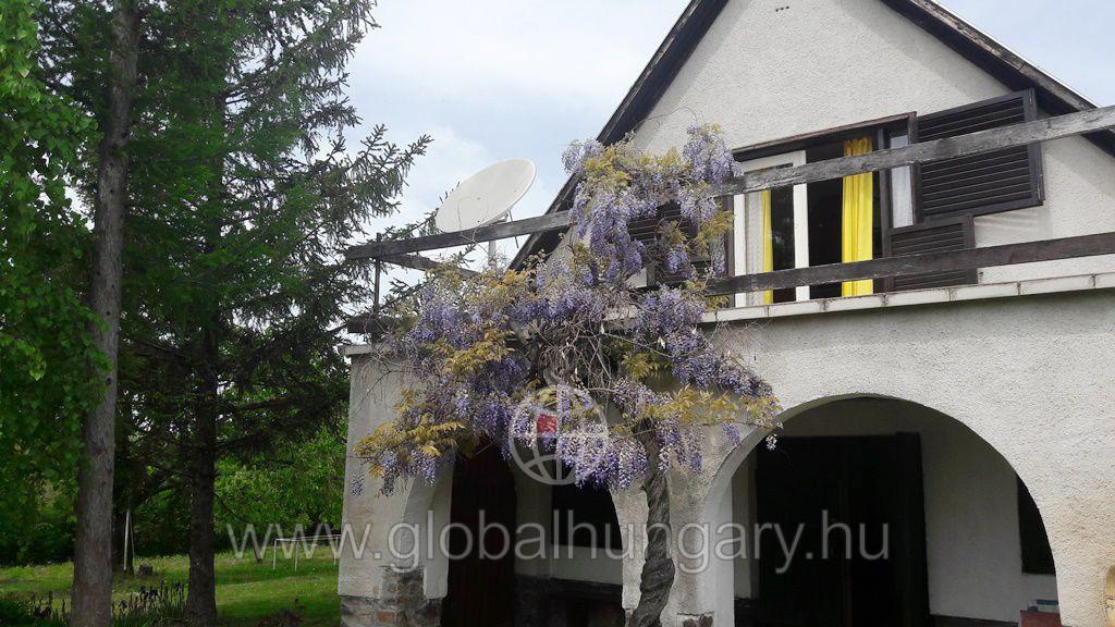 Pécsváradon családi ház 2790nm telken eladó