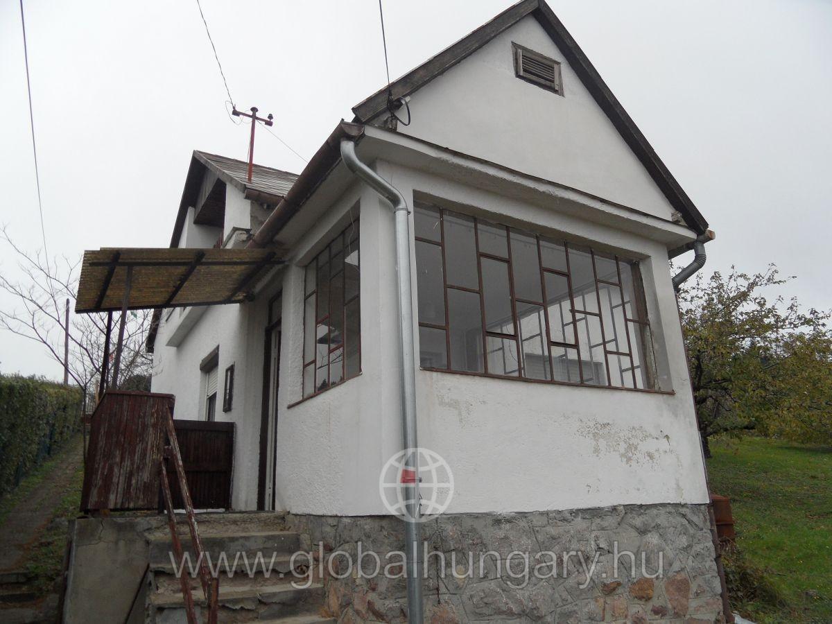 Mecsek oldalon örök panorámás telken kis családi ház eladó