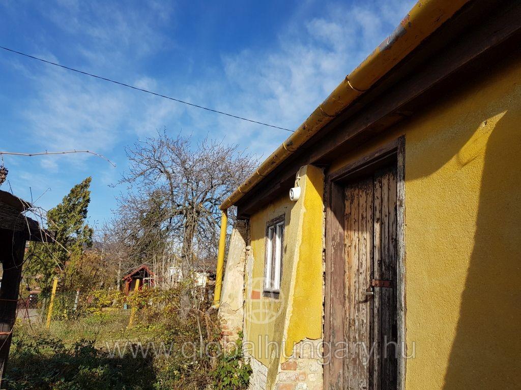 1000m2-es telek kis házzal eladó