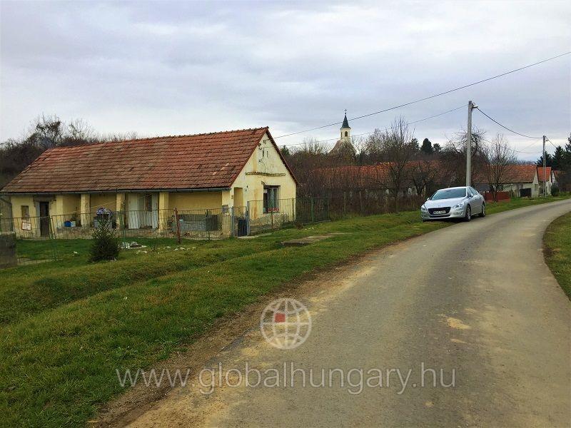 Pécs mellett Szalántán családi ház nagy telekkel eladó.