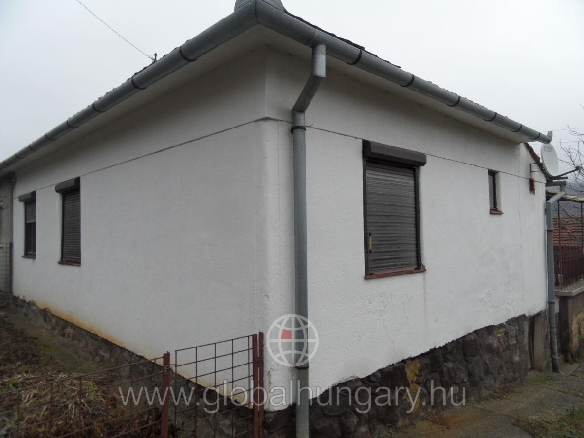 Pécsen 3 szobás családi ház eladó