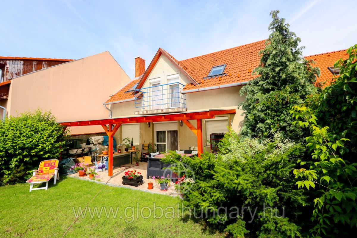 202 nm-es 3+2 fél szobás családi ház eladó Pécelen