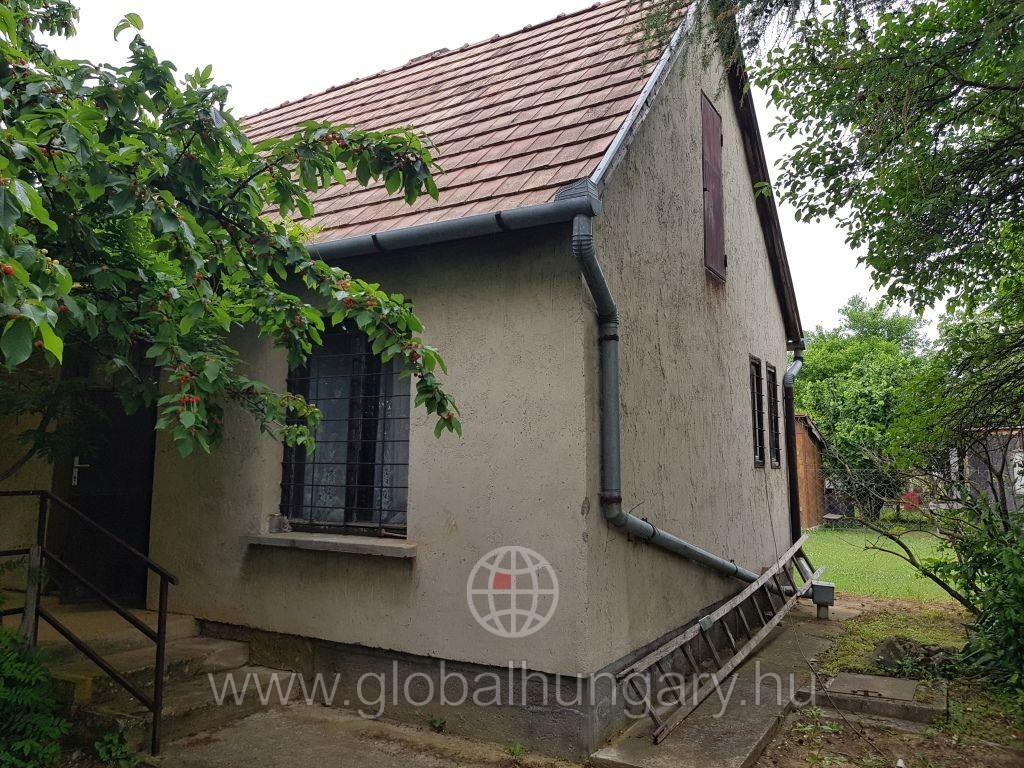 Pécsett a Dobogó dűlőnél kis ház eladó