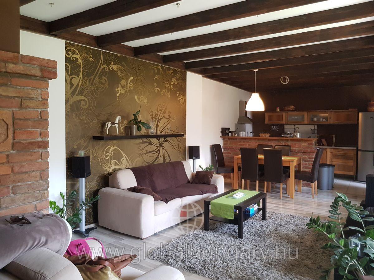 Tettyén gyönyörű,160 m2-es ház intim kerttel eladó