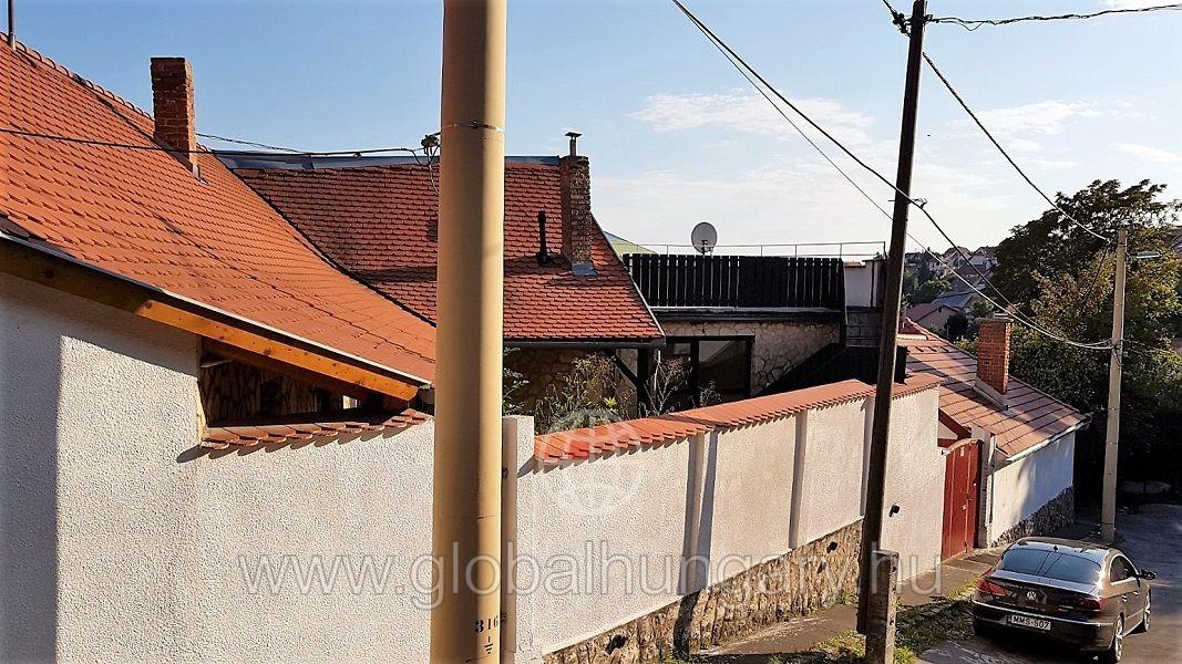 Tettye alatt újszerű 85m2-es mediterrán jellegű családi ház