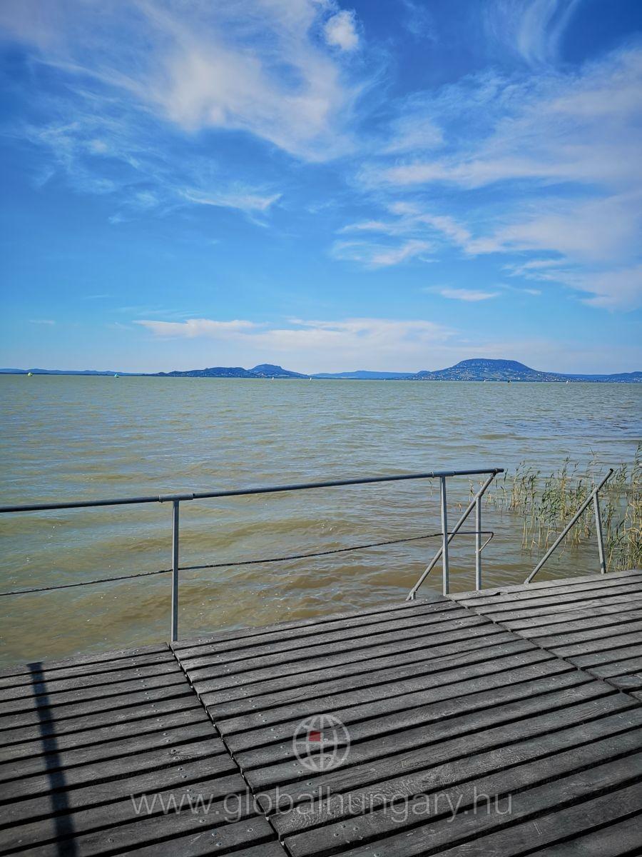 Balatonfenyvesen közvetlen vízparti!