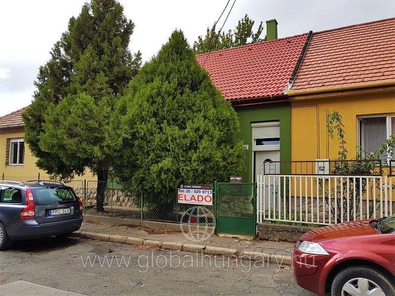 Kodály gimnáziumnál teljesen felújított családi ház eladó.