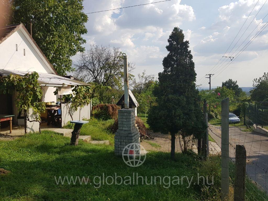 Pécs Szabolcsban 1250m2-es beépíthető telek eladó