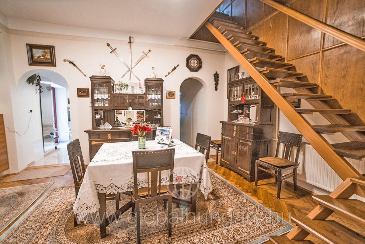 Pécs,Mária u, 11 szobás felújított ingatlan