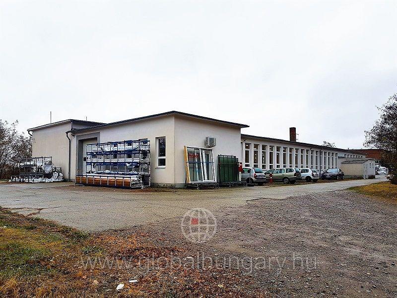 Pécs mellett 1150m2-es ipari ingatlan 25000m2 telken eladó.