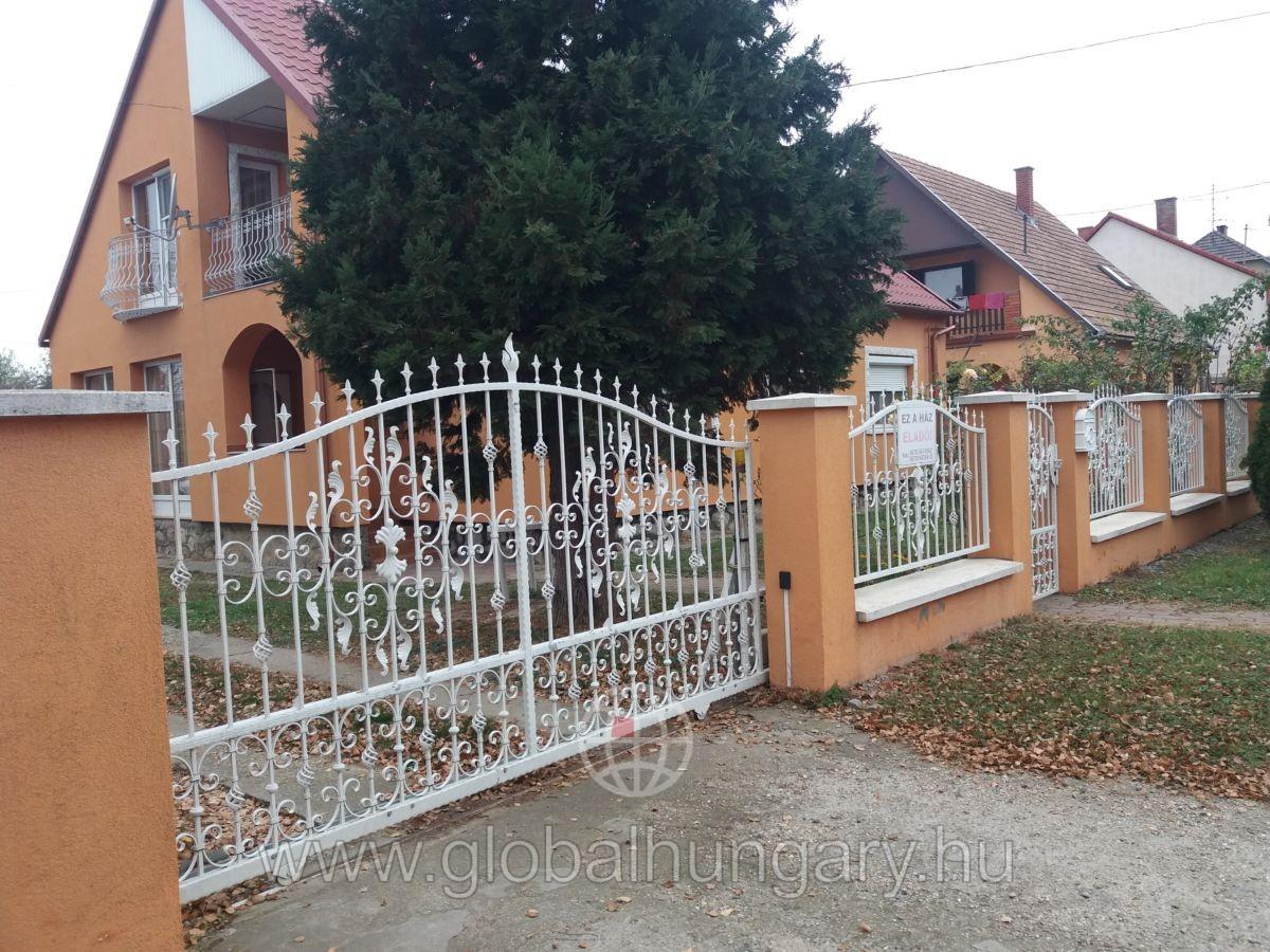 Nagypeterden felújított családi ház eladó!