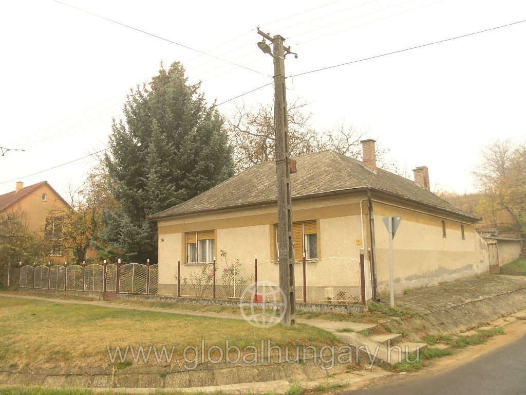 Keszü központjában családi ház