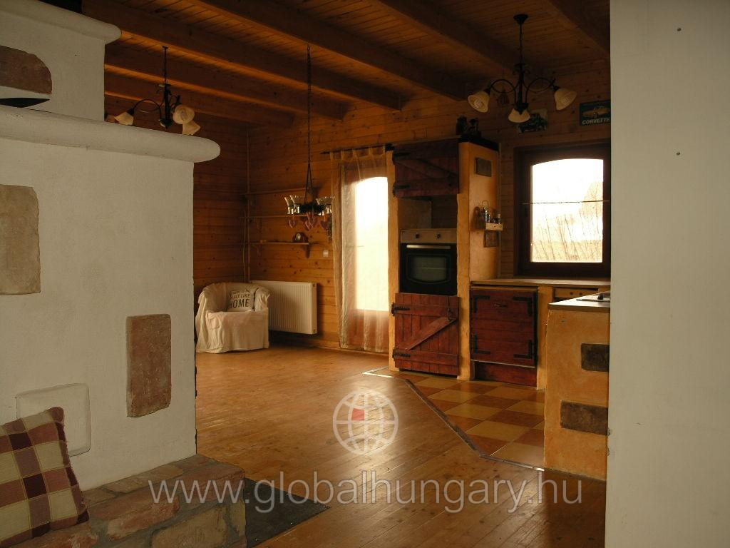 Pécs melletti faluban Szalántán újszerű családi ház