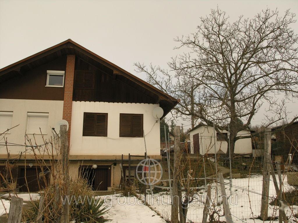 Pécs nyugati szélében olcsó lakható házikó a  6 - os útnál.