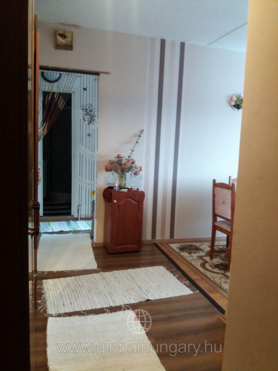 Szentlőrincen felújított 2,5 szobás lakás eladó
