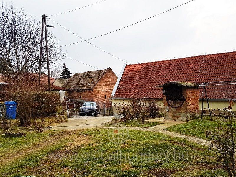 Pécs mellett 50m2-es 2 szobás családi ház eladó.