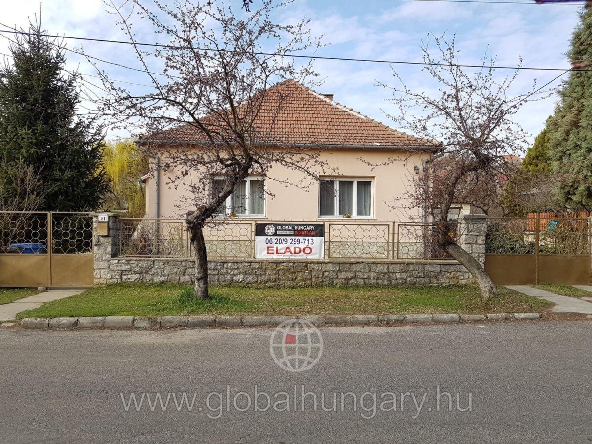 Blaha Lujza utcában 2 generációs családi ház eladó.