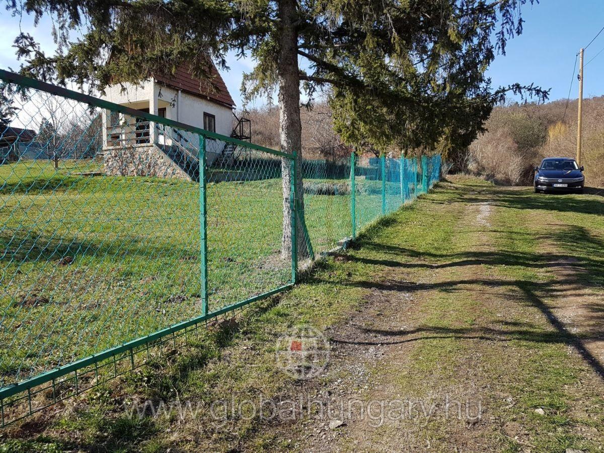 Pécs nyugati részen 820m2 panorámás telek kis házzal eladó.