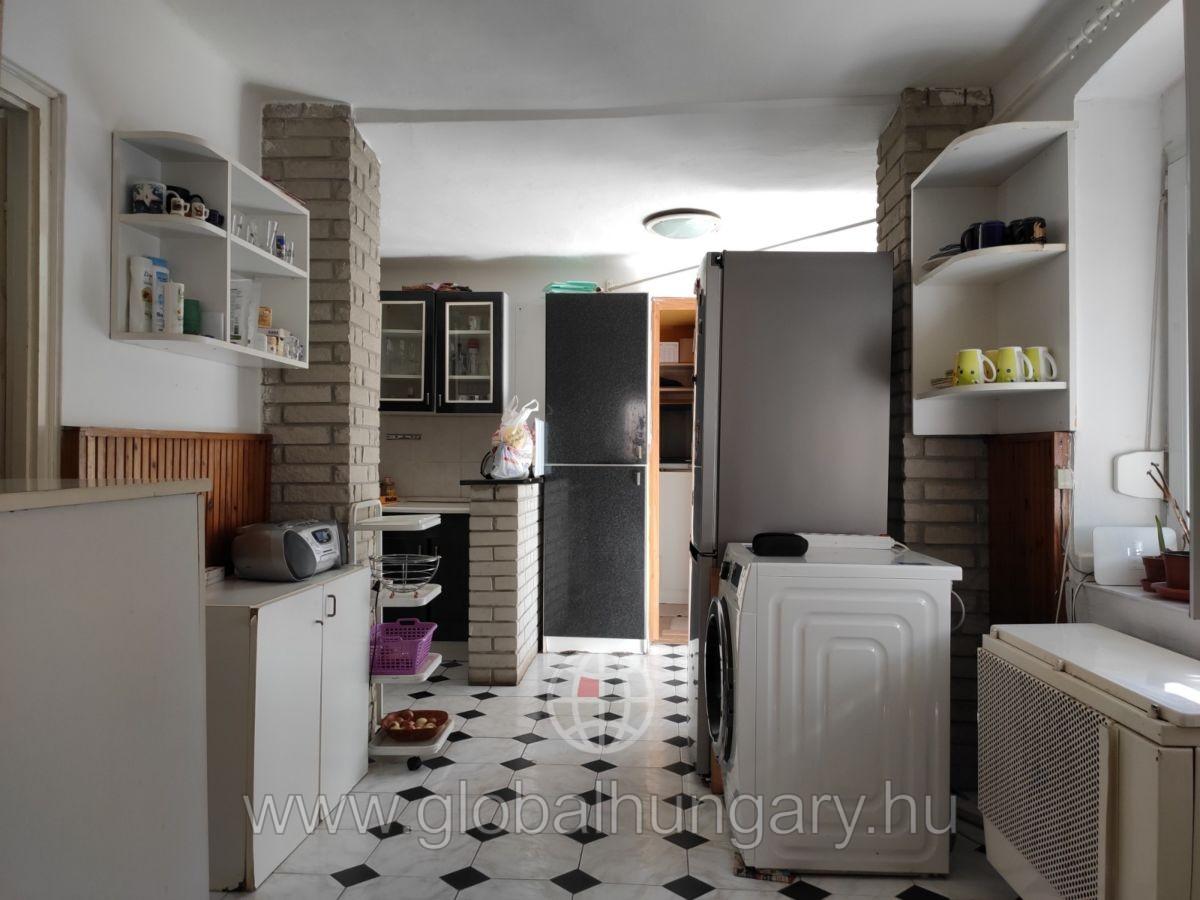 Barbakánnál 3 szobás lakás 100m2 udvarral és garázzsal eladó