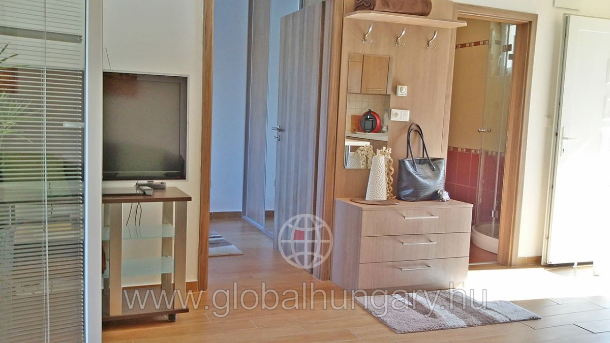Balaton,vízparti,újszerű,2 szobás földszinti nyaraló