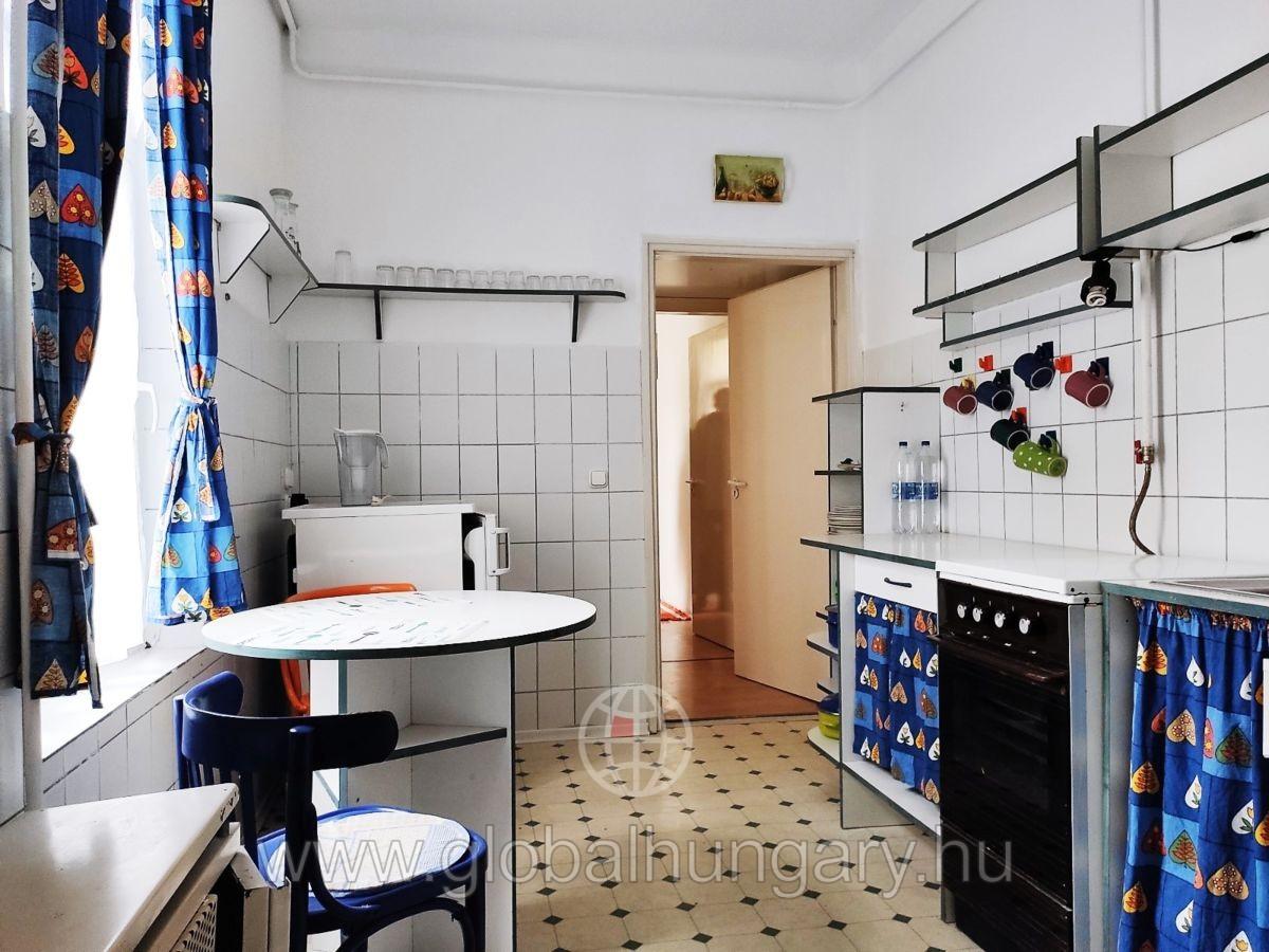 Sétatéren kertkapcsolatos felújított tégla lakás eladó.