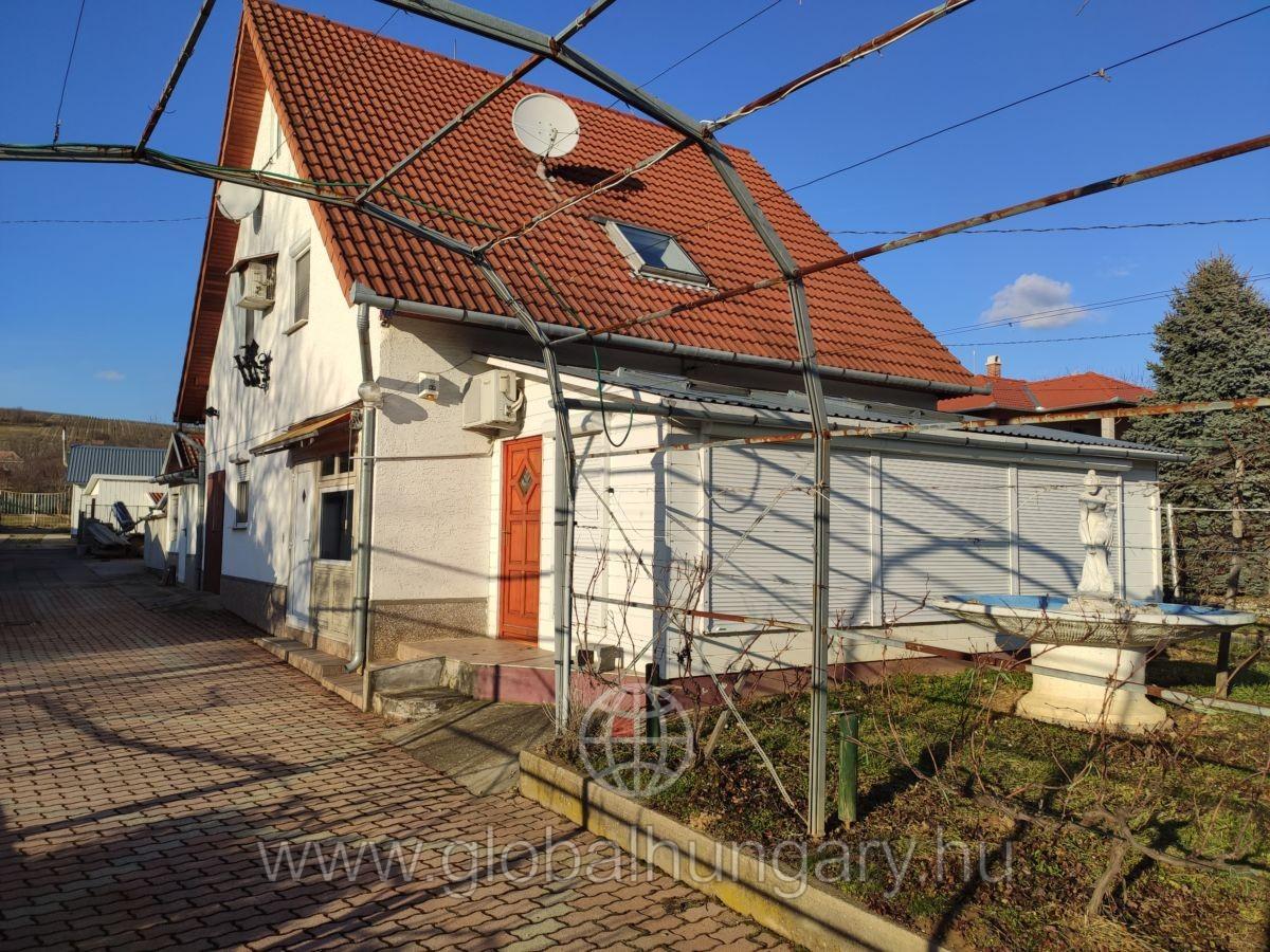 Siklósi borvidéken eladó 160nm-es,5 szobás ház.