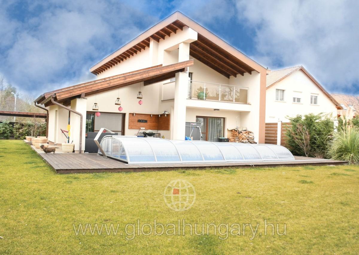 Újszerű állapotú 246 m2-es luxus családi ház Pomázon.