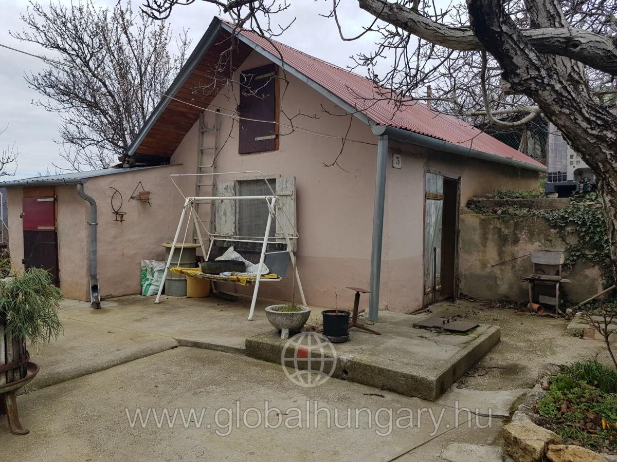 Kis ház a Mecsek oldalban panorámás telken