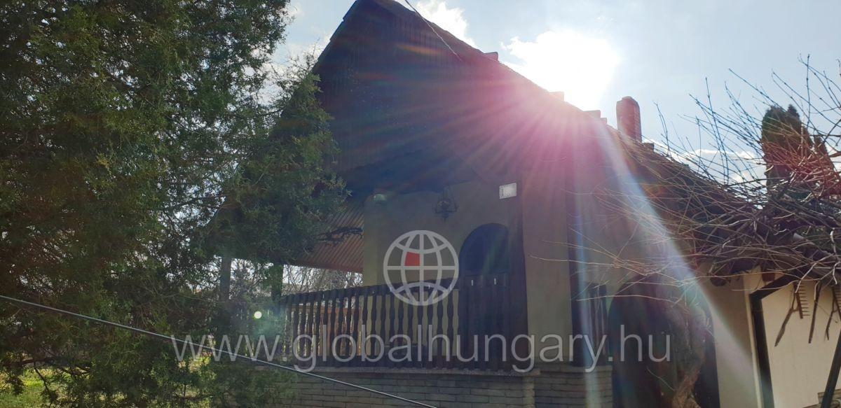 Összközműves telek kis házzal Pécs Déli részén