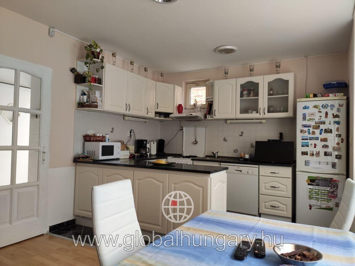 Pécs belváros felett 3 szoba nappalis lakás