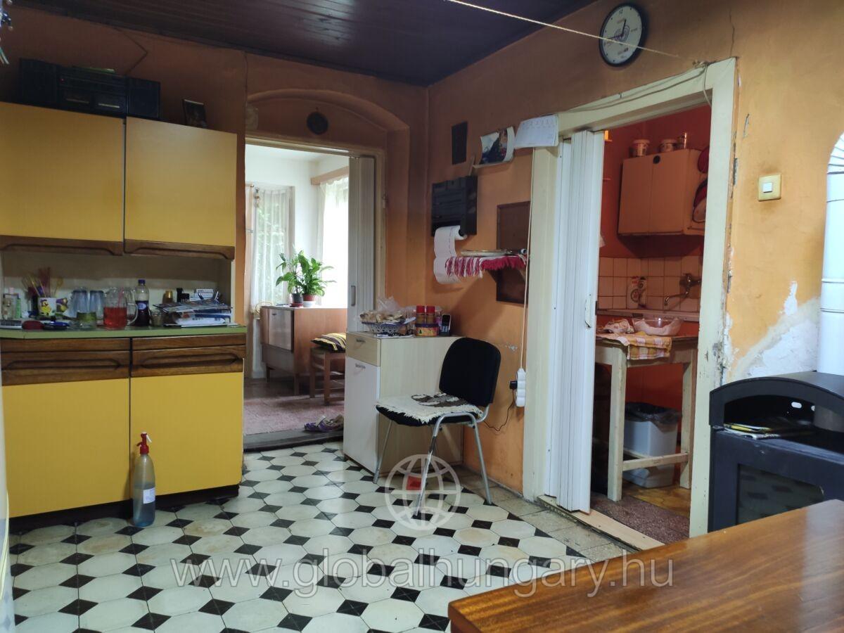 Keszüben eladó egy 83nm-es,2 szobás ház,850nm-es területen.