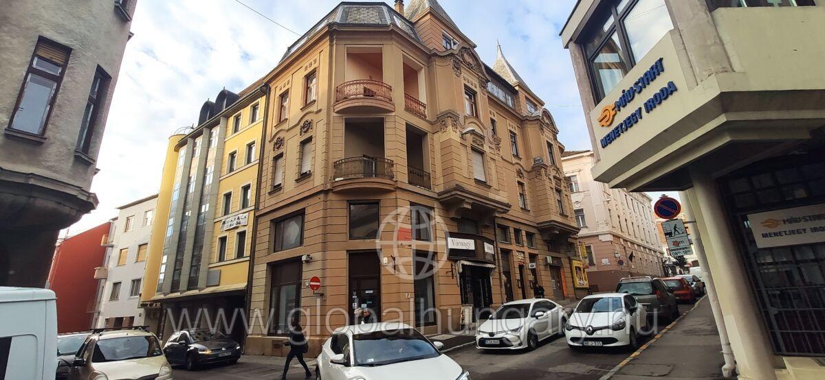 Belváros szívében eladó  60m2-es,1 emeleti, polgári lakás.