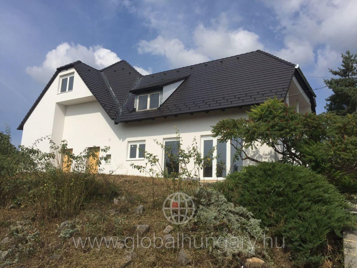 Pécs Donátusban déli tájolású 1400m2-es telken családi ház eladó