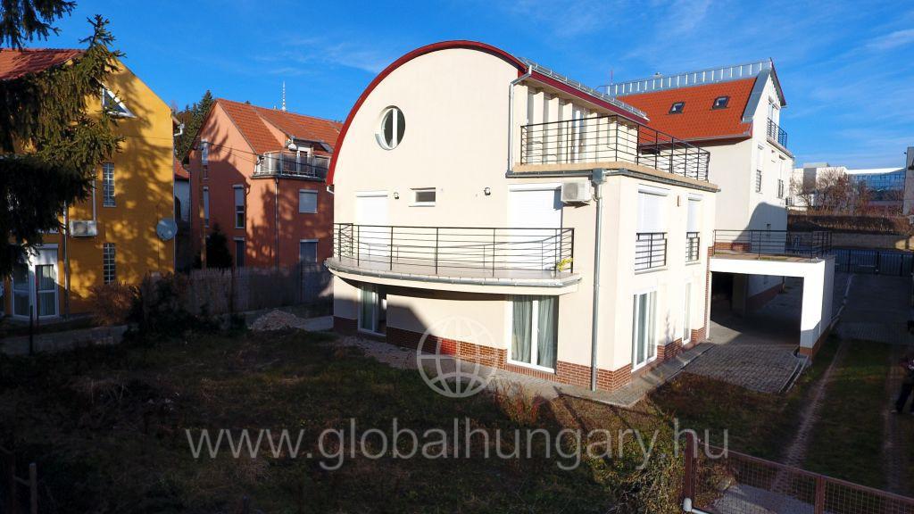 Pécs Műszaki Főiskolánál 2 szobás új udvarkapcsolatos lakás