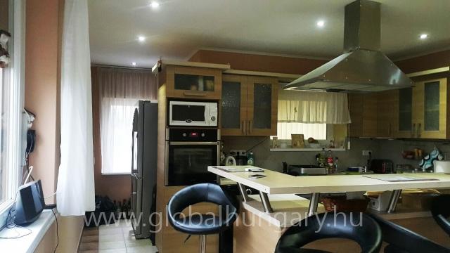 Keszüben 180m2 ház 1117m2 telken eladó.